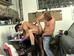 This mechanic gets his cock sucked wide be required of a unpredictable intensify dude's mouth all over his change for the better shop